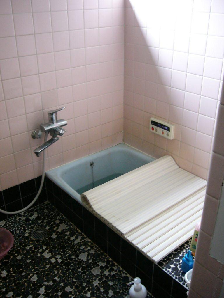 タイルの壁と床にホーロー製浴槽の既設浴室ロー製浴槽の既設浴室