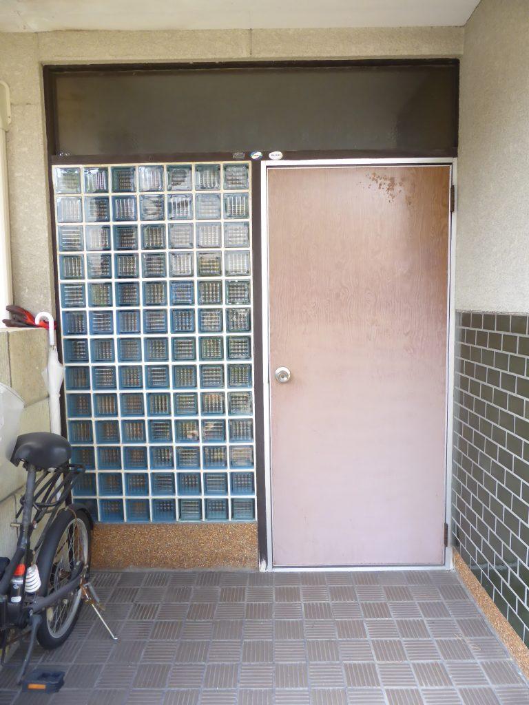 長年の朝日に当たり色褪せた玄関ドアー