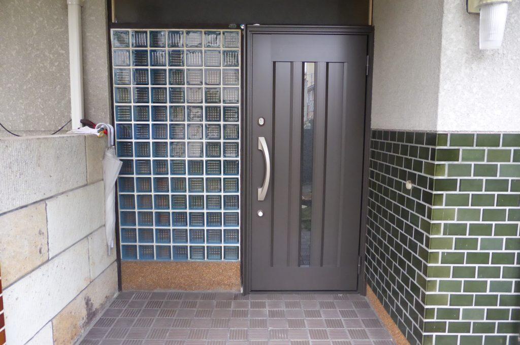 入替えきれいになった玄関ドアー