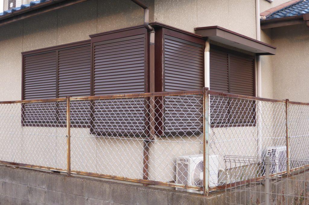 取替え後の金属製の雨戸と戸袋