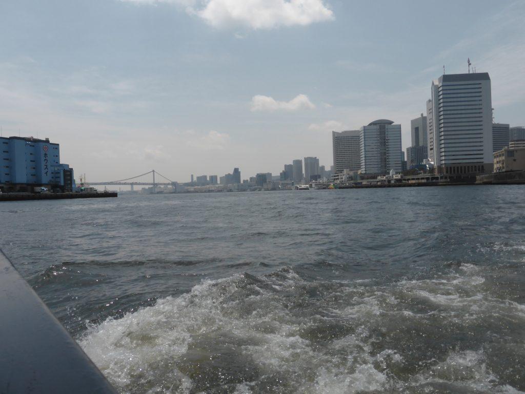 水上バスで隅田川へ出るとレインボーブリッジが見える