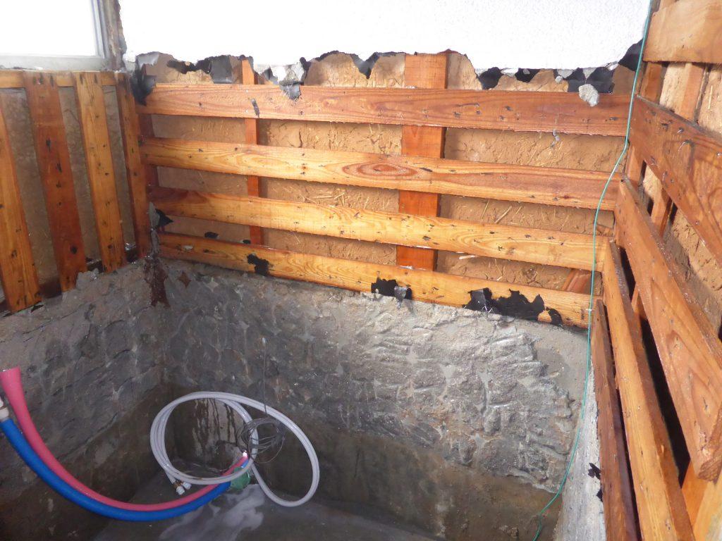 浴室のシロアリ予防のため薬剤を散布