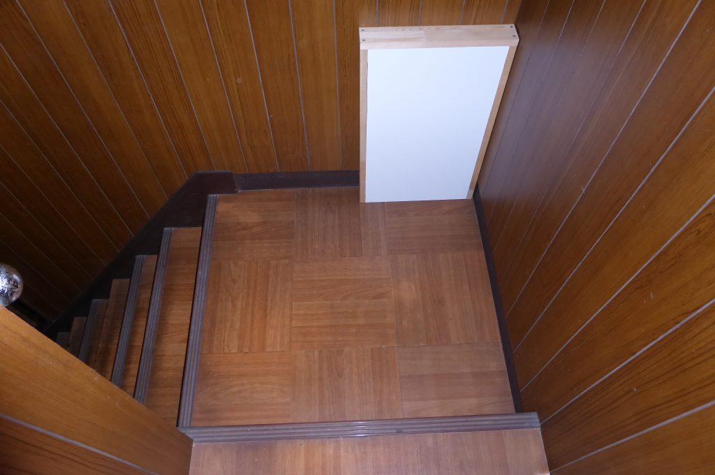 露出ケーブルを隠すため、ボックスを製作し階段踊り場に設置