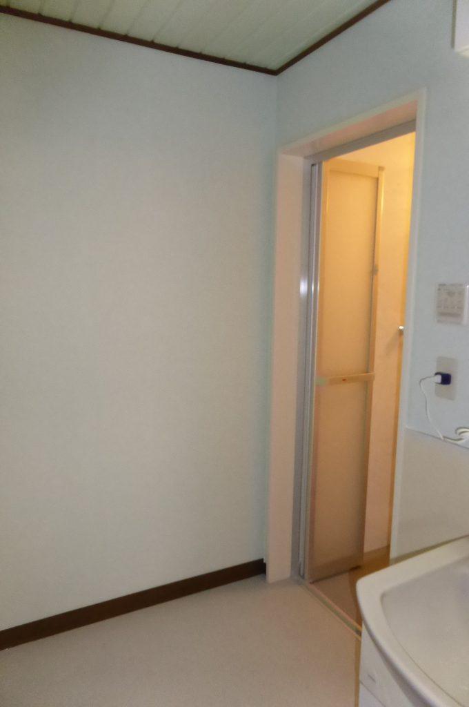 壁・床を貼替えた洗面室