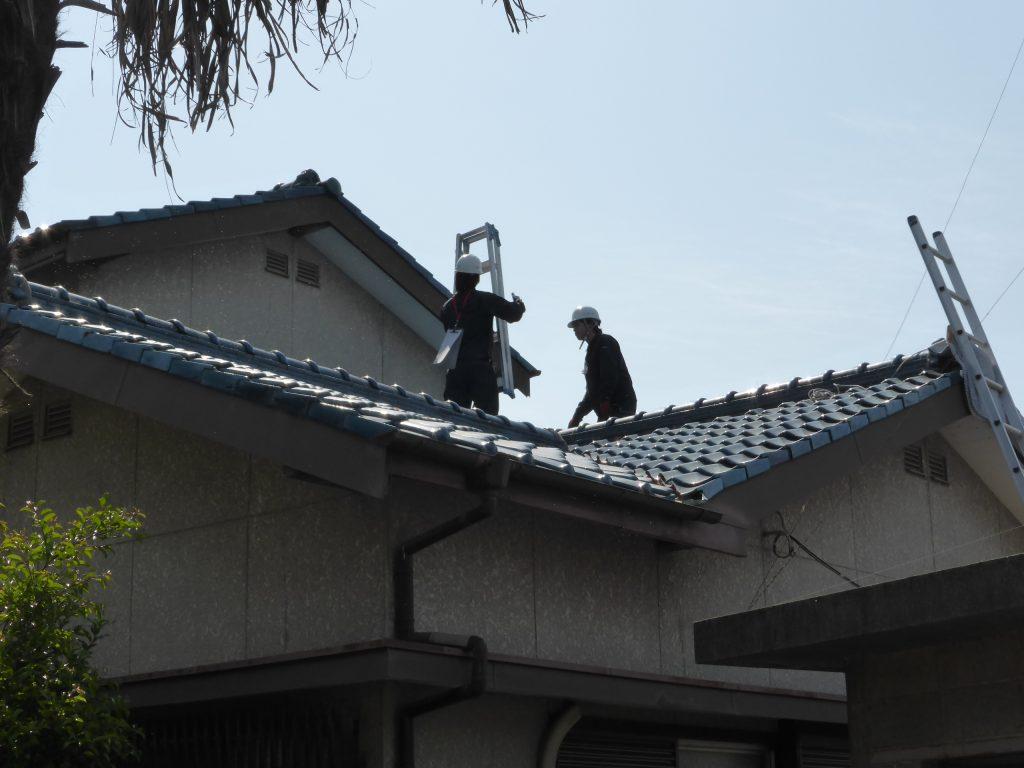 丹念に屋根を検査する2名の住宅検査協会員