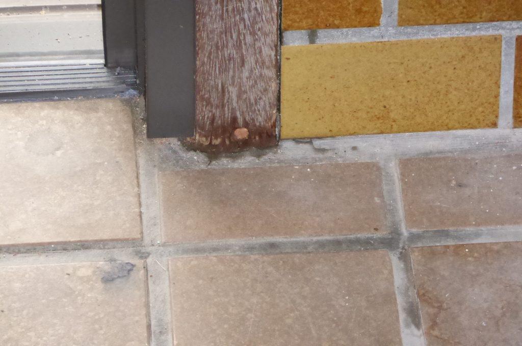 床下からアプローチできない玄関などの柱に穴を明け薬剤を注入する