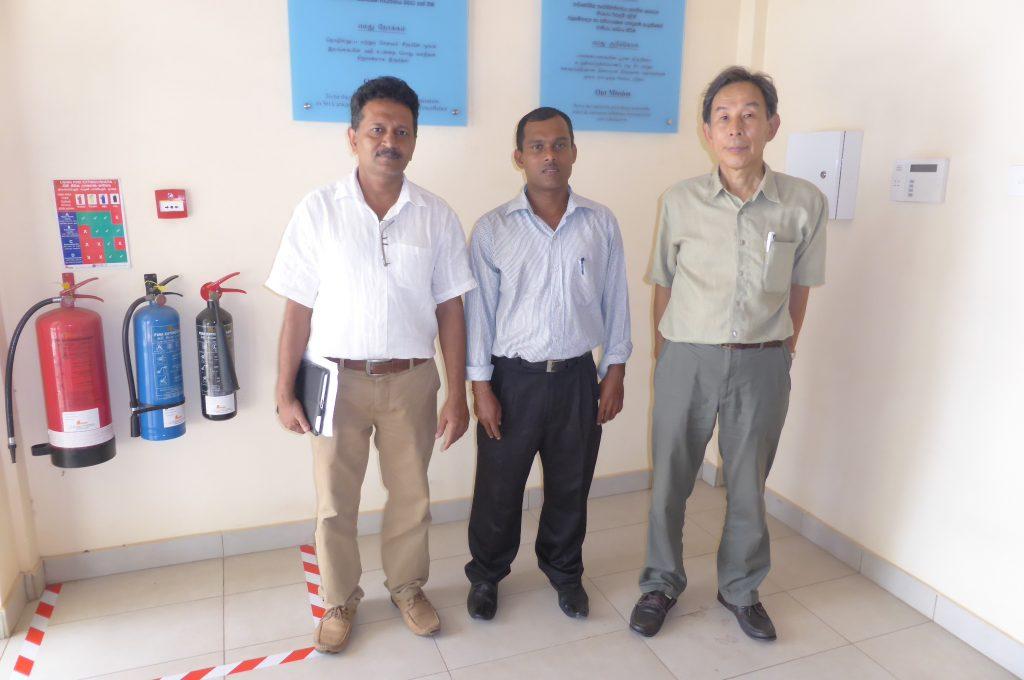 処理場の電気技術者のダヤラルさん(中央)と、活動先の私のコーディネーターのロシャンさん