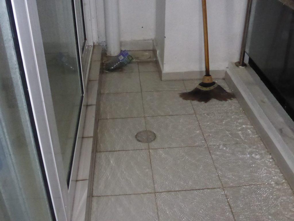 ベランダに降ってきた雨水が空気溜まりのためドレンから流れない