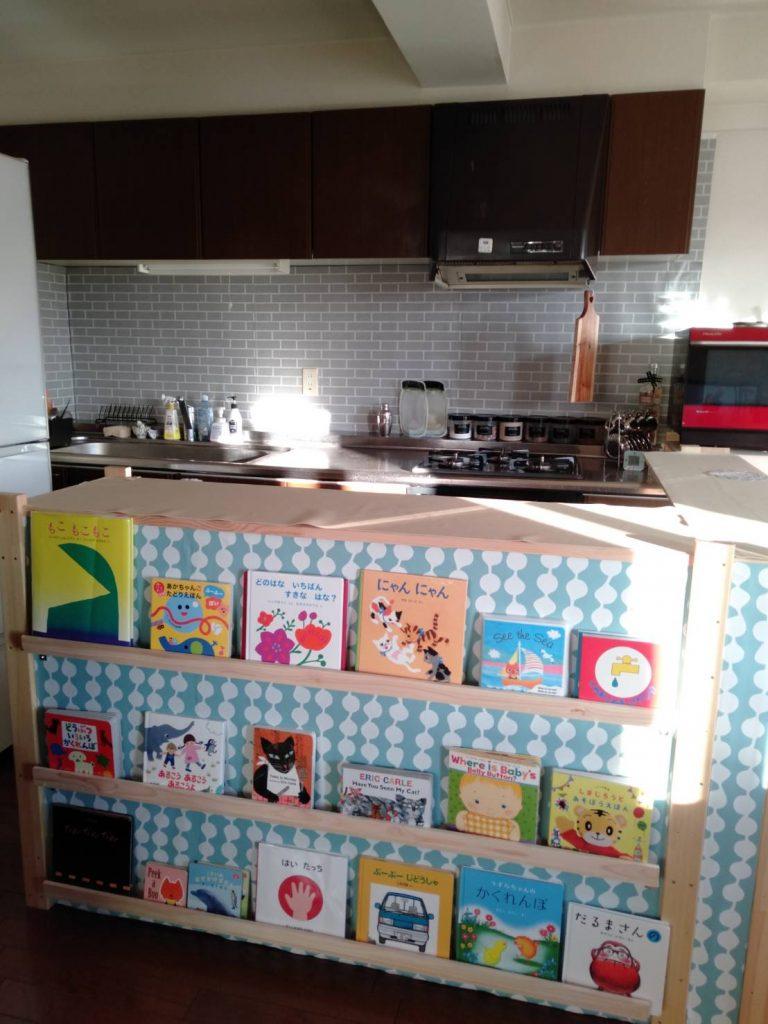 キッチンカウンターに取り付けた本棚