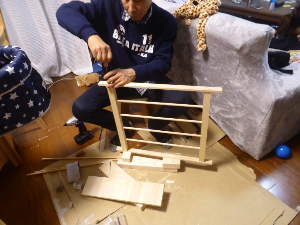 枠に丸棒を挟み込みフェンスを組み立てる