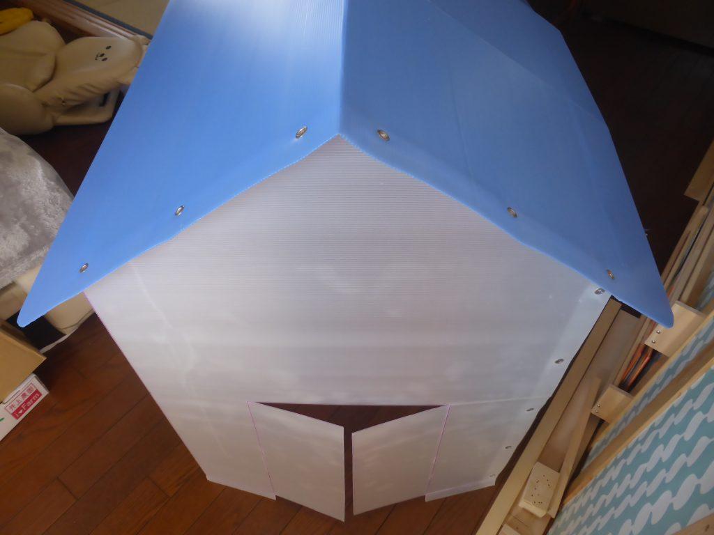 切断したプラダンの板をハトメ玉で接合して組立てる