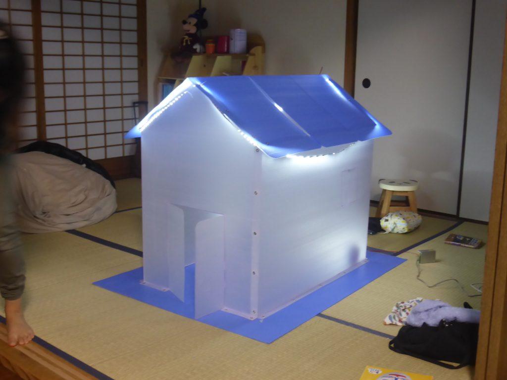 完成したお家にLEDテープ照明で装飾する