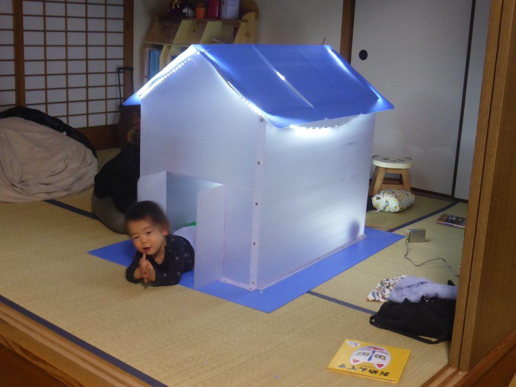 完成したプラダンのお家で遊ぶ孫