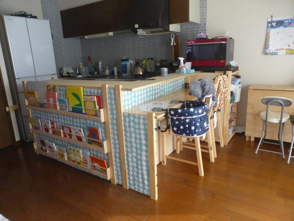 キッチンカウンターに子供用本棚を取付け